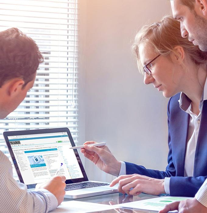 Equipo de profesionales personalizando la plataforma de formación para una empresa
